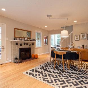 Cette photo montre une salle à manger moderne avec un manteau de cheminée en brique.