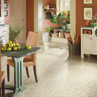 Immagine di una sala da pranzo aperta verso la cucina country di medie dimensioni con pareti rosse, pavimento in vinile e nessun camino