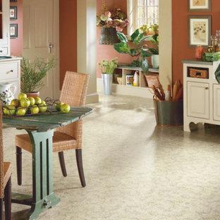Idées déco pour une petite salle à manger ouverte sur le salon classique avec un mur orange et un sol en vinyl.