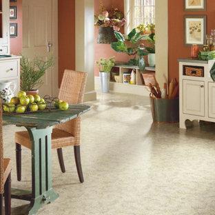 Réalisation d'une grande salle à manger ouverte sur la cuisine champêtre avec un mur orange, un sol en vinyl, aucune cheminée et un sol blanc.