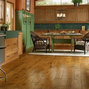 Réalisation d'une salle à manger ouverte sur la cuisine chalet de taille moyenne avec un mur orange, un sol en bois brun et un sol marron.