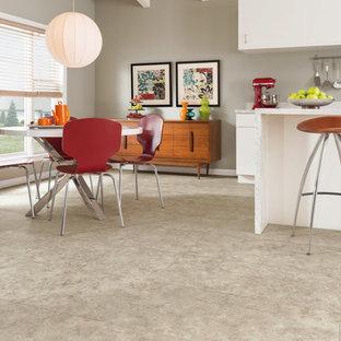 Foto di una sala da pranzo aperta verso la cucina minimalista di medie dimensioni con pareti grigie, pavimento in vinile e nessun camino