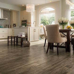 Idee per una sala da pranzo aperta verso la cucina tradizionale di medie dimensioni con pareti bianche, pavimento in vinile, nessun camino e pavimento marrone