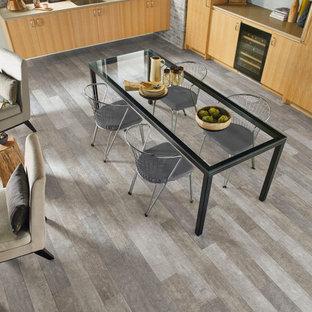 Idée de décoration pour une salle à manger ouverte sur la cuisine design de taille moyenne avec un mur blanc, un sol en vinyl et aucune cheminée.