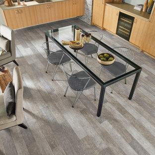 Ejemplo de comedor actual, de tamaño medio, abierto, sin chimenea, con paredes grises, suelo vinílico y suelo gris