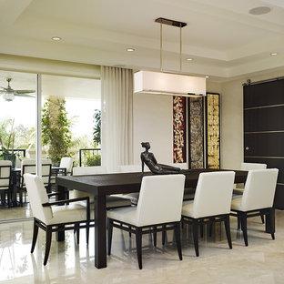 Bild på en mellanstor funkis matplats, med vita väggar och marmorgolv