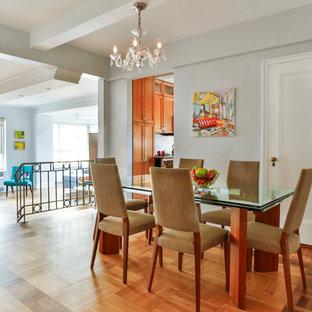 Immagine di una sala da pranzo aperta verso il soggiorno nordica di medie dimensioni con pareti grigie, pavimento in legno massello medio e nessun camino