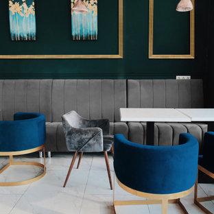 Idee per una sala da pranzo moderna di medie dimensioni con pareti verdi, pavimento in marmo, nessun camino e pavimento bianco