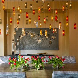 Ispirazione per una grande sala da pranzo aperta verso il soggiorno chic con pavimento in legno massello medio, pavimento beige e pareti arancioni