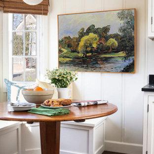 Foto di una sala da pranzo minimalista chiusa e di medie dimensioni con pareti bianche e pavimento in compensato
