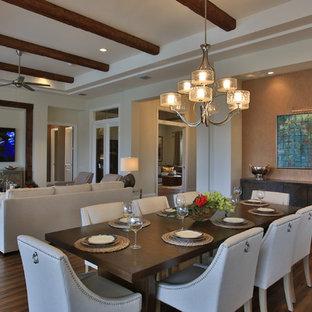Imagen de comedor ecléctico, abierto, sin chimenea, con paredes marrones y suelo de madera en tonos medios
