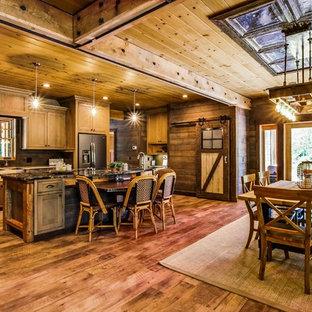 Idee per una sala da pranzo aperta verso il soggiorno industriale di medie dimensioni con pareti marroni, pavimento in vinile e pavimento marrone