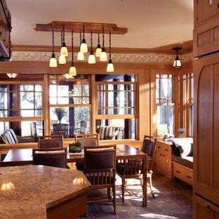 Amerikansk inredning av ett kök med matplats, med skiffergolv