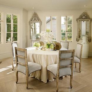 Exemple d'une salle à manger romantique avec un mur beige et un sol en bois brun.