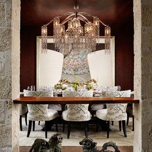 Réalisation d'une salle à manger ouverte sur le salon asiatique de taille moyenne avec un mur marron, aucune cheminée, un sol marron et béton au sol.