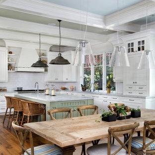 Пример оригинального дизайна: огромная кухня-столовая в стиле рустика с паркетным полом среднего тона
