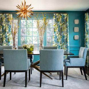 Modelo de comedor clásico renovado con paredes azules, suelo de madera oscura y suelo marrón