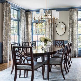 Идея дизайна: отдельная столовая среднего размера в стиле современная классика с бежевыми стенами, темным паркетным полом и коричневым полом