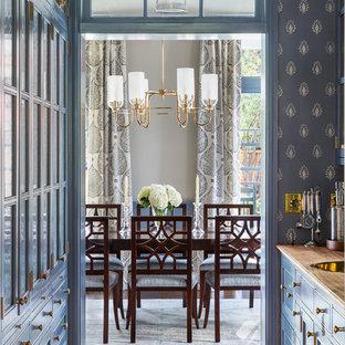 Стильный дизайн: отдельная столовая среднего размера в стиле современная классика с бежевыми стенами, темным паркетным полом и коричневым полом - последний тренд