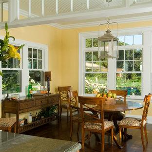 Ispirazione per una sala da pranzo vittoriana con pareti gialle e parquet scuro