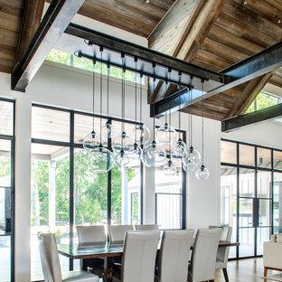 Idee per una sala da pranzo aperta verso il soggiorno country con pareti bianche e parquet scuro