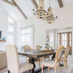 Esempio di una grande sala da pranzo aperta verso il soggiorno stile marino con pareti grigie, pavimento con piastrelle in ceramica e pavimento marrone