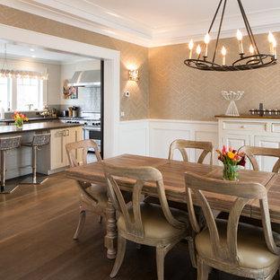 Inredning av ett lantligt mellanstort kök med matplats, med beige väggar, mörkt trägolv och brunt golv
