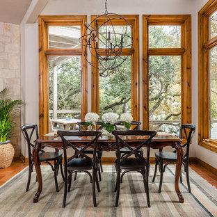 Immagine di una sala da pranzo aperta verso il soggiorno rustica di medie dimensioni con pareti bianche, pavimento in terracotta, nessun camino e pavimento marrone