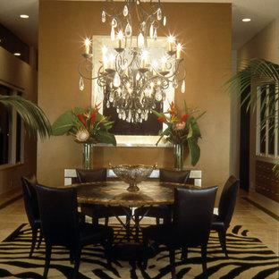 Idee per una sala da pranzo eclettica di medie dimensioni con pareti con effetto metallico e pavimento in travertino