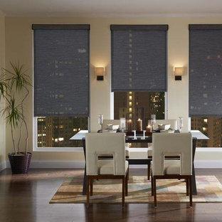 Ejemplo de comedor de cocina moderno, grande, con paredes amarillas y suelo de madera oscura
