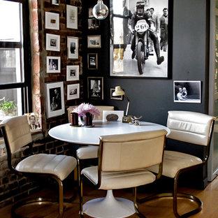 Ispirazione per una piccola sala da pranzo aperta verso la cucina moderna con pareti grigie e parquet chiaro