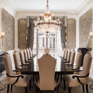 Klassisk inredning av en stor matplats, med metallisk väggfärg och en standard öppen spis