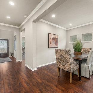 Idee per una sala da pranzo stile americano chiusa e di medie dimensioni con pareti grigie, pavimento in vinile, nessun camino e pavimento marrone