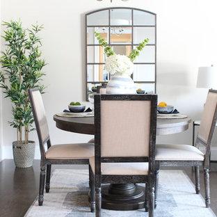 Immagine di una piccola sala da pranzo aperta verso la cucina tradizionale con pareti beige, parquet scuro e pavimento marrone