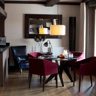 Idées déco pour une salle à manger contemporaine fermée avec un mur gris, un sol en bois brun et aucune cheminée.