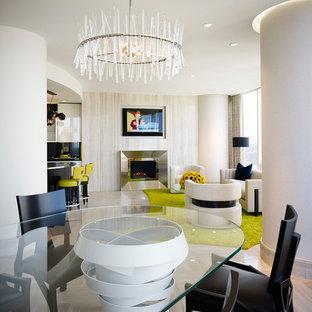 Inspiration för en mellanstor funkis matplats med öppen planlösning, med vita väggar, travertin golv, en standard öppen spis och en spiselkrans i metall