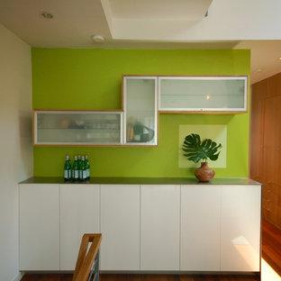 Foto de comedor minimalista, abierto, con paredes verdes y suelo de madera oscura