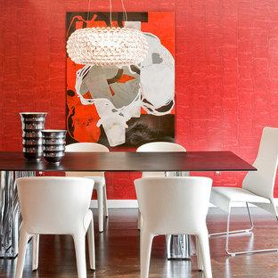 Ejemplo de comedor actual con paredes rojas y suelo de madera oscura