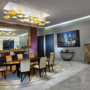Immagine di una sala da pranzo aperta verso il soggiorno boho chic con pareti multicolore, nessun camino e pavimento bianco