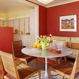 Удачное сочетание для дизайна помещения: большая кухня-столовая в стиле фьюжн с красными стенами и полом из керамической плитки без камина - самое интересное для вас