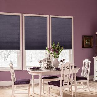 Ispirazione per una sala da pranzo classica con pareti viola e parquet chiaro