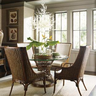 Mittelgroße Kolonialstil Wohnküche mit beiger Wandfarbe und braunem Holzboden in Orange County