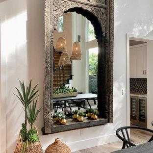 Esempio di una grande sala da pranzo tropicale con pareti bianche, pavimento in vinile e pavimento beige