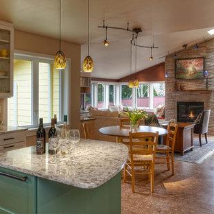 Idée de décoration pour une petite salle à manger ouverte sur la cuisine craftsman avec un sol en liège, un mur beige, une cheminée standard, un manteau de cheminée en pierre et un sol marron.