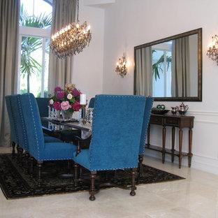 Imagen de comedor clásico renovado, de tamaño medio, cerrado, con paredes azules y suelo de mármol
