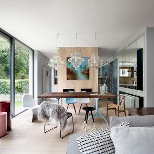 Idées déco pour une salle à manger ouverte sur la cuisine contemporaine avec un sol en bois clair.