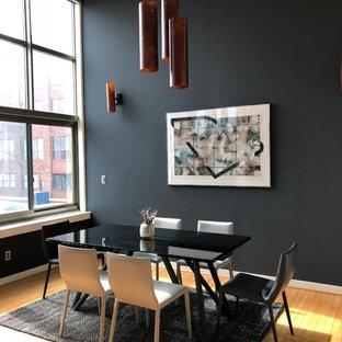 Esempio di un'ampia sala da pranzo aperta verso la cucina contemporanea con pareti grigie, pavimento in bambù e pavimento marrone