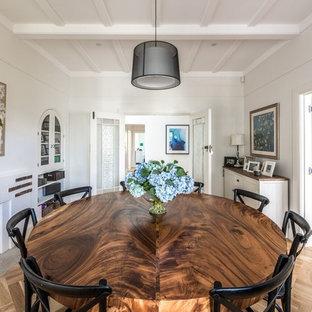 Diseño de comedor actual, extra grande, abierto, con paredes blancas, suelo de madera en tonos medios, chimenea tradicional, marco de chimenea de hormigón y suelo marrón