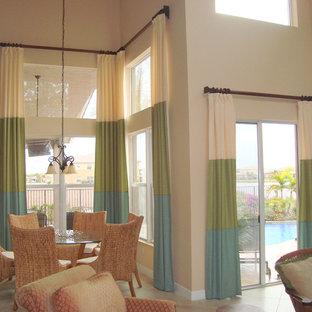 マイアミの小さいトロピカルスタイルのおしゃれなLDK (ベージュの壁、磁器タイルの床、暖炉なし) の写真