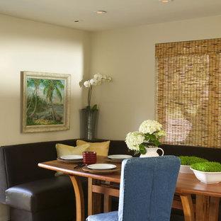 Idee per una grande sala da pranzo aperta verso il soggiorno contemporanea con pareti bianche, pavimento in sughero e pavimento marrone